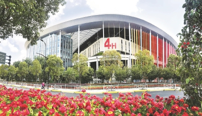 进博会各项筹备工作进入冲刺阶段,国家会展中心(上海)周边机动车道和人行道鲜花近日已布置完毕。本报记者赵立荣摄