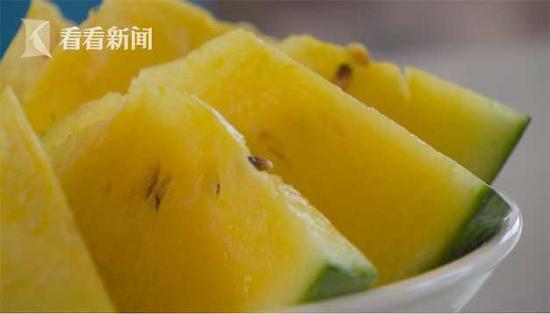 上海瓜农直播间带货卖瓜 单手开8424西瓜