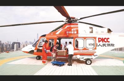 直升机载着捐献器官,从上海瑞金医院起飞,目的地为安徽一家医院。周邦彦摄