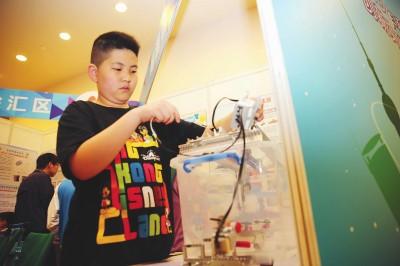 上海青少年科技节开幕 双重过滤空气净化灯亮相