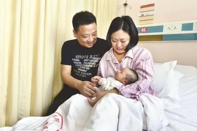 应贤梅和丈夫抱着刚出生的女儿,喜悦之情溢于言表。本报记者赵立荣摄