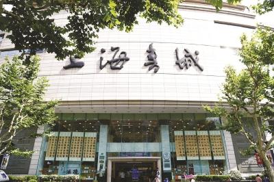 你很难在上海找到第二条书店密度如此之高的马路了——前后步行几百米,上海书城(右)、上海古籍书店、艺术书坊、外文书店、百新书局比邻一字排开。在互联网购书如此便捷的当下,上海书城变身独具海派风情的城市文化会客厅,磁场效应吸引读者争相赴书香之约