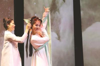 长江剧场正式开门迎客 95岁老剧场化身摩登戏曲实验场