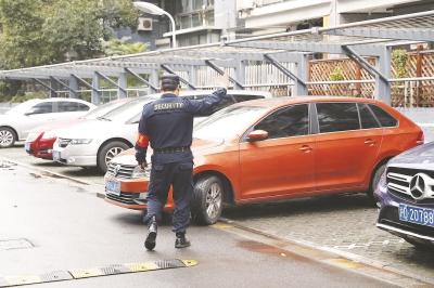 市民半年前购买小区车位 迟迟拿不到发票无法办理产证