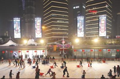 春节期间,申城不少健身休闲场所依旧热闹非凡。左图:东方明珠塔下的室外滑冰场成了假期市民游客健身休闲的好去处。本报记者袁婧摄
