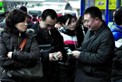 若被查处倒卖车票将被限制购票。青年报资料图 记者 张瑞麒 摄
