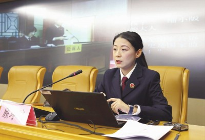 图:顾琤琮为中学生作法治宣讲。本报记者袁婧摄