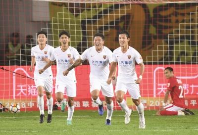 昨晚,上海上港队球员庆祝比赛胜利。新华社记者邓华摄