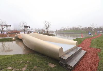 这是国内第一座运用3D打印技术完成的一次成型、最大跨度、多维曲面的高分子材料景观桥,呈现漂亮的三维曲面形状。(上海建工集团供图)