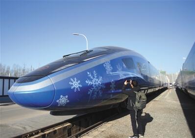 """昨日,京张高铁""""瑞雪迎春""""复兴号列车车头,该动车组比普通复兴号节省7%能耗。"""