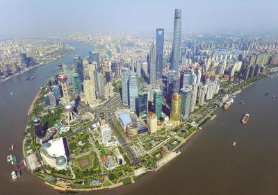 在中国改革开放40年的历程中,上海浦东开发是浓墨重彩的一笔。这是高楼林立的陆家嘴国际金融中心。(本报资料照片)