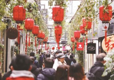 春节假期里的田子坊洋溢着浓浓的喜庆气氛。本报记者袁婧摄