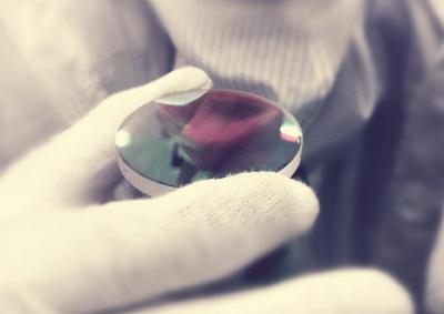 镀上薄膜的光学元件能引导激光奔向最终靶点。均本报记者许琦敏摄