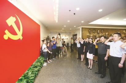 刘凯受邀与纪念馆的党员代表、志愿者等在党旗前重温入党誓词。本报记者 蒋迪雯 摄