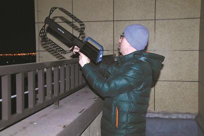 """工程师在奉贤一新小区逐栋摸排""""黑电台""""。"""
