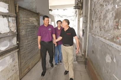 杨栋实地走访旧改征收基地,了解动迁居民家庭情况。 王修远 摄