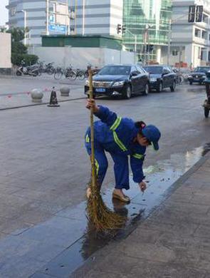 杨浦首位环卫工人落户上海圆梦