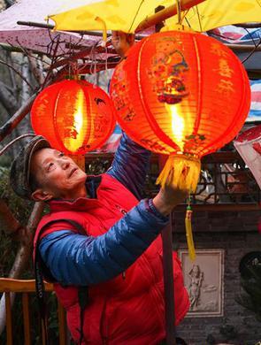 上海老人小区办灯会