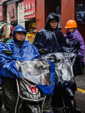 上海持续阴雨市民百态