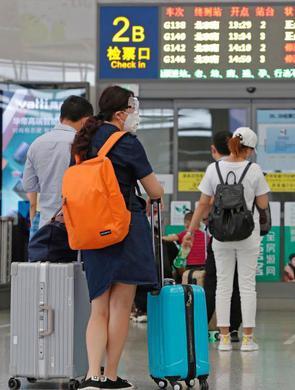 上海虹桥火车站防疫测温井然有序