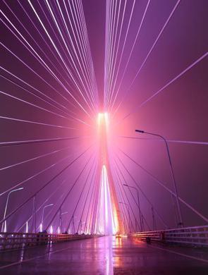 沪通大桥首次试亮灯