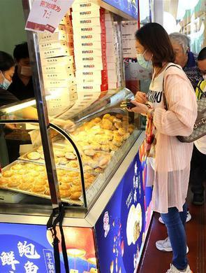 上海:中秋佳节临近 散装月饼受宠