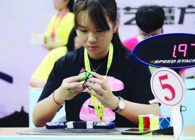 """""""95后""""大学生黄菲儿曾三次打破斜转魔方中国女子纪录。 受访者供图"""
