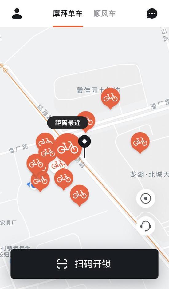 记者打开摩拜单车APP,看到馨佳园小区周边不超过5辆单车,而小区西面的民房、工厂聚集了大量共享单车。
