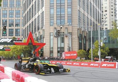 上海本土车手周冠宇驾驶雷诺赛车在新天地太平湖公园上演赛车街道表演。 本报记者 邵剑平 摄