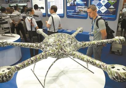 观众在展会上参观新型无人飞行器。新华社记者 陈飞 摄