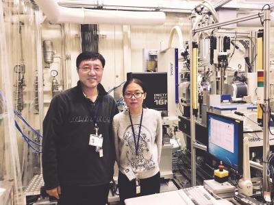 华甜(右)和导师、iHuman研究所执行所长刘志杰。(受访者供图)