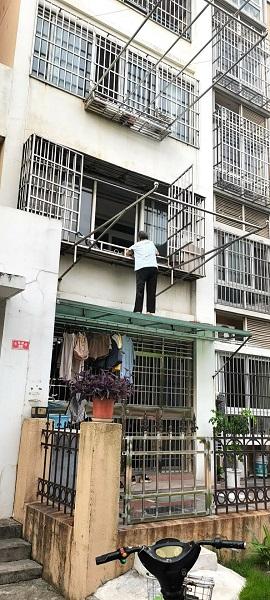 图说:一位93岁老太被困雨棚之上 来源/刘必华 摄(下同)