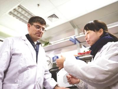 来自加拿大的研究员杰睿(左)与科研管家在春节里照看实验室。本报记者许琦敏摄