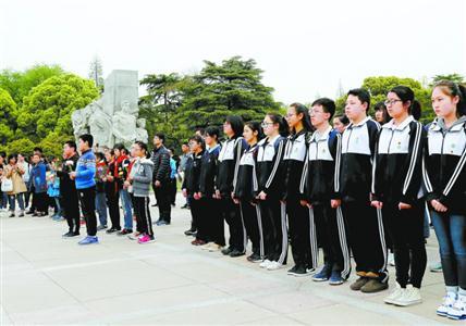 4月5日,青年学生在上海市龙华烈士陵园缅怀先烈。 新华社记者 方喆 摄
