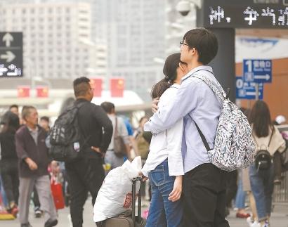 上海今迎返程高峰 三大火车站预计发送旅客33.6万人