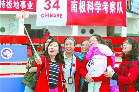 考察队队员和亲友家属合影。 王清彬 摄