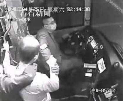 上海一醉酒乘客与同伴争执 追着公交司机无故殴打