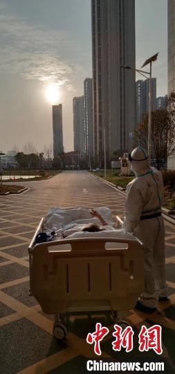 上海援鄂医疗队凯旋 看落日余晖爷爷病房拉小提琴送别