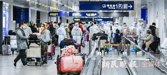 直击浦东机场入境新政第一天 服务周到、通关加速