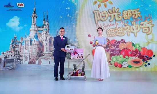 上海迪士尼度假区餐饮运营总监张凯铭先生与都乐中国品牌总监王娜女士现场共同发布合作产品