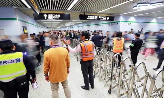 地铁工作人员引导乘客有序离站。