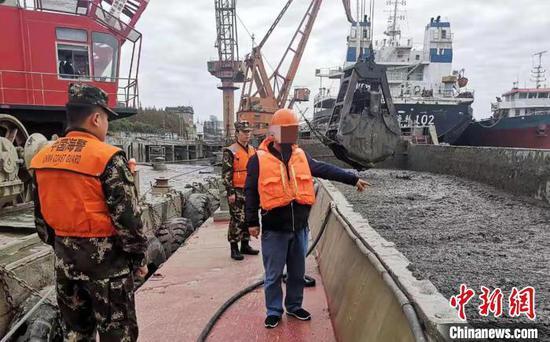 上海海警局连续查获海洋非法倾倒案件。上海海警局供图