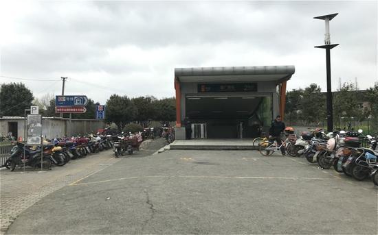 上午9点,宝山区7号线潘广路站2号出口,周边只有零星几辆共享单车。