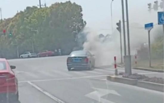 闵行区一辆尼桑轿车自燃起火 事故未造成人员伤亡