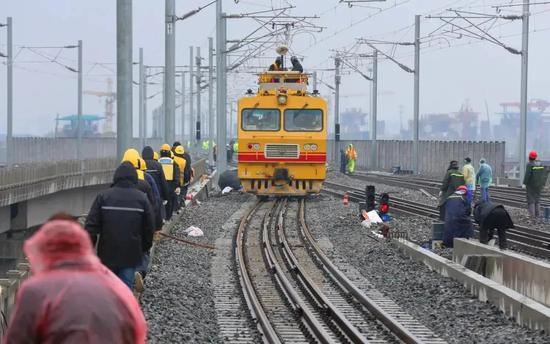 沪往返外省市将添新通道 通沪铁路开始接触网冷滑试验