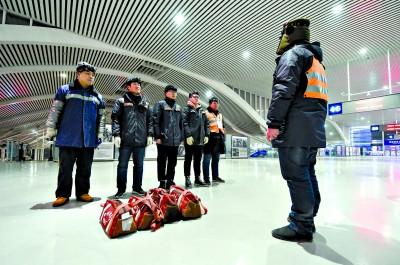 昨日凌晨,中国铁路上海局集团有限公司徐州电务段徐州东信号工区工长吕峰(右一)在布置工作。新华社 图