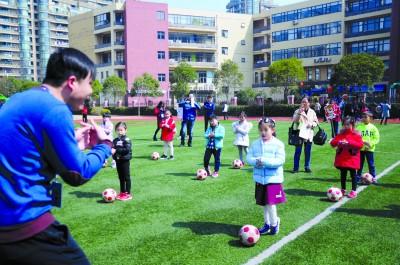 """浦师附小的""""校园开放日""""活动中,孩子们在操场上体验运动的乐趣。本版摄影 青年报记者 吴恺"""