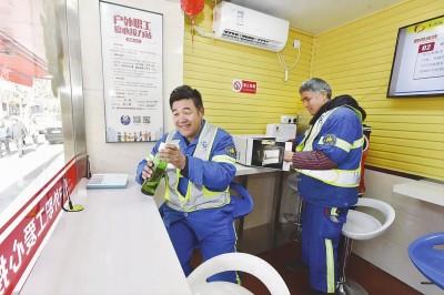 环卫工人在浦东一家爱心接力站内休息。本报记者赵立荣摄