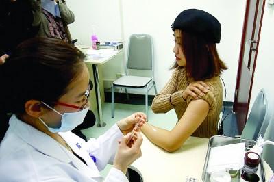 昨日上午,邱女士成为首位四价宫颈癌疫苗的接种者。青年报记者 常鑫 摄