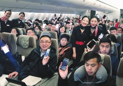 """海航,春秋等多家航空公司也宣布了在飞机上给手机""""松绑""""的新规定."""